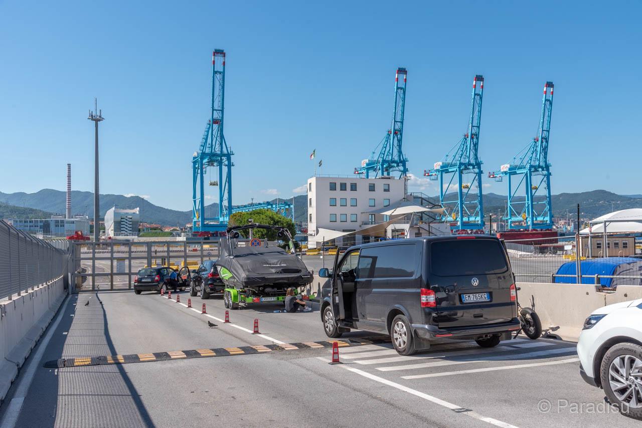 Warten Vor Der Abgesperrten Hafeneinfahrt