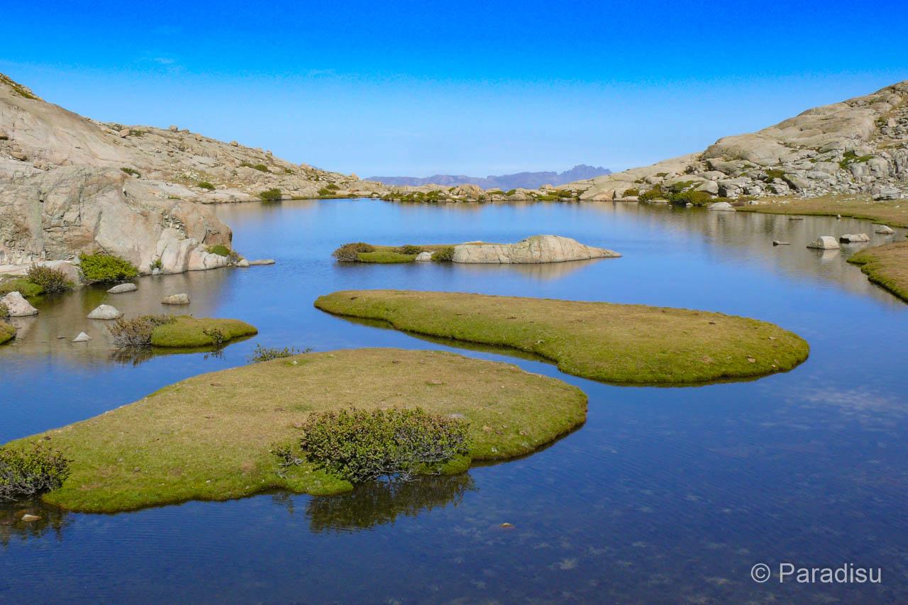 Pozzi im korsischen Bergsee